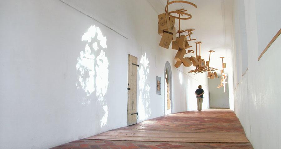 "Übergang vom Kunstmuseum ins Ittinger Museum mit dem Werk ""Sternennebel"" (1991) von Hannes Brunner."